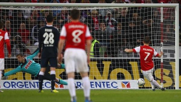 Полански забивает гол в ворота Кельна
