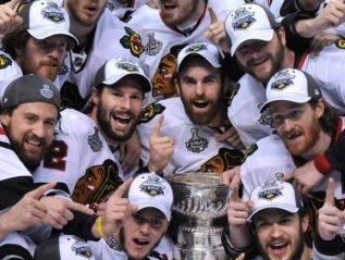 Хоккеисты Чикаго , после победы в финале кубка Стенли.
